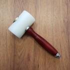 Молоток для тиснения - киянка из капролона (сверхпрочный полиамид-6). Ручка дерево.  Т - образный.